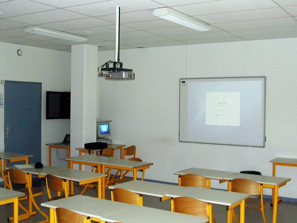 Adieu tableau noir bonjour tableau blanc interactif - Installation videoprojecteur au plafond ...